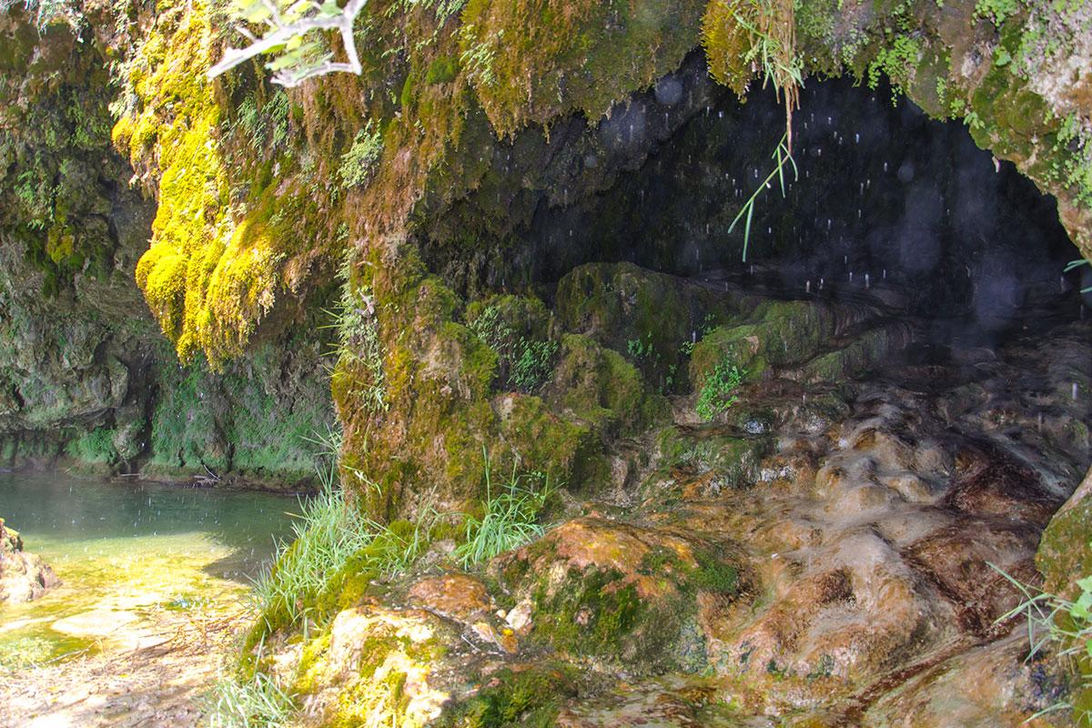L'arrière de la cascade de Salles la source
